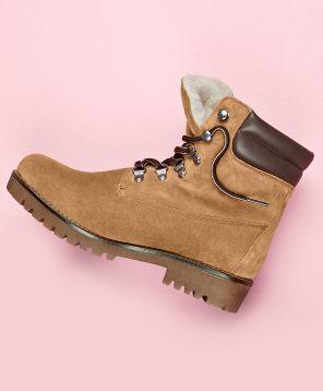 Als reines Naturprodukt eignet sich Schurwolle ganz hervorragend, um unsere Füße warmzuhalten.