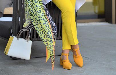 Die Trendfarben Royalblau, Gelb und Pink in Szene gesetzt